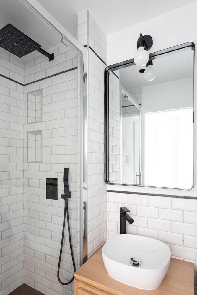 Decoração de banheiro branco com espelho e box de vidro.