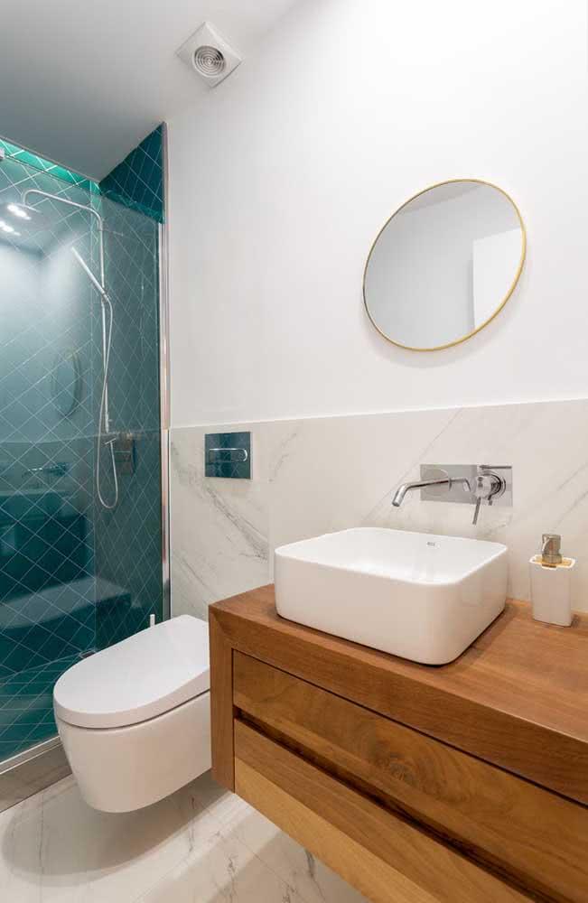 Decoração de banheiro simples com azulejos verdes.
