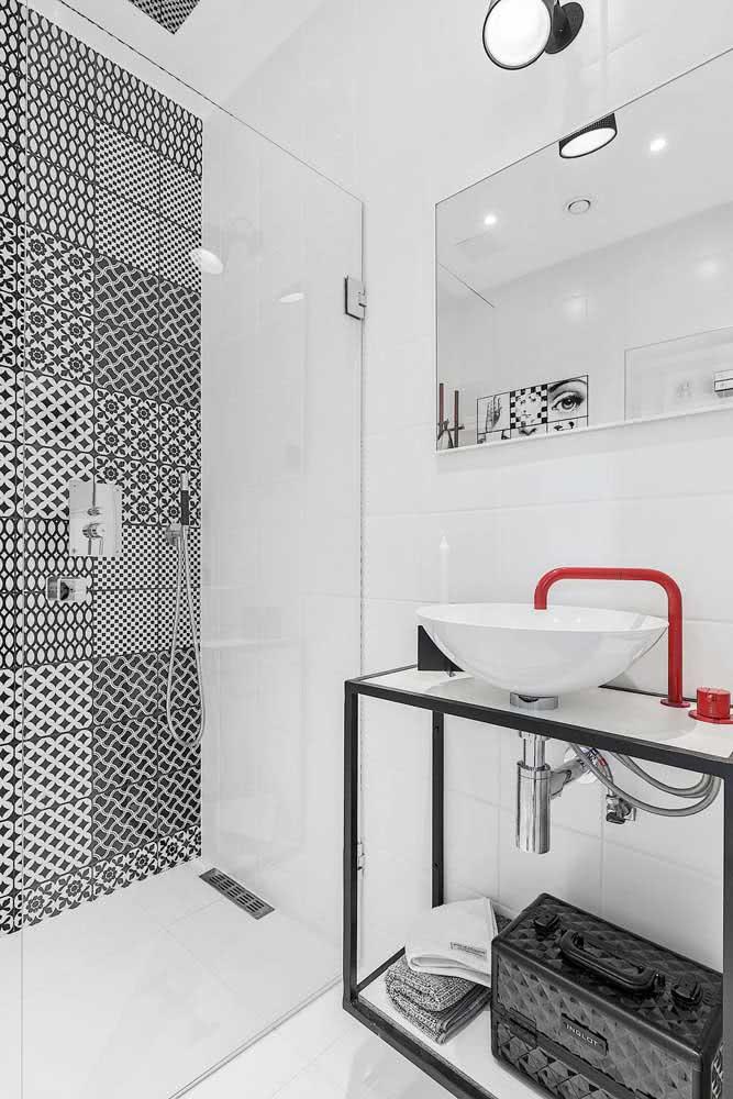 Decoração de banheiro pequeno branco com metais vermelhos.