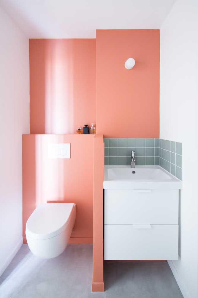 Rosa e verde em um banheiro pequeno e charmoso.