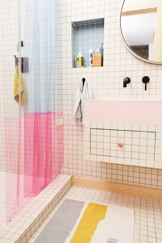 Banheiro com pastilhas brancas por toda a extensão do banheiro.