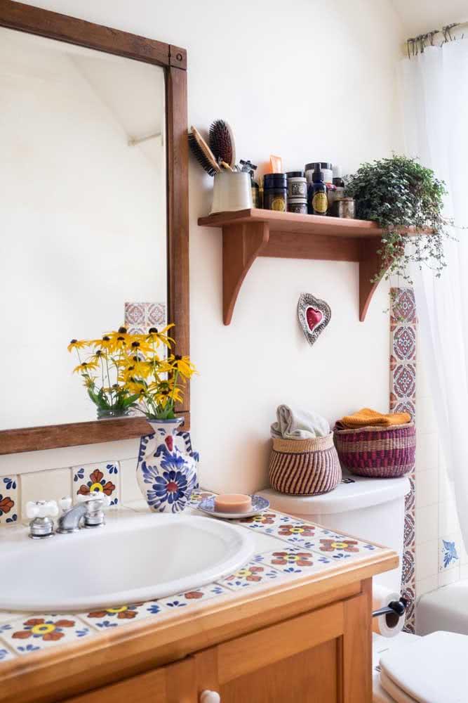 Banheiro simples com azulejos coloridos na pia e no box.
