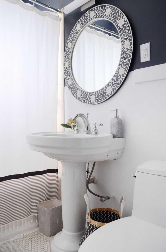 Banheiro simples com duas cores para você se inspirar.