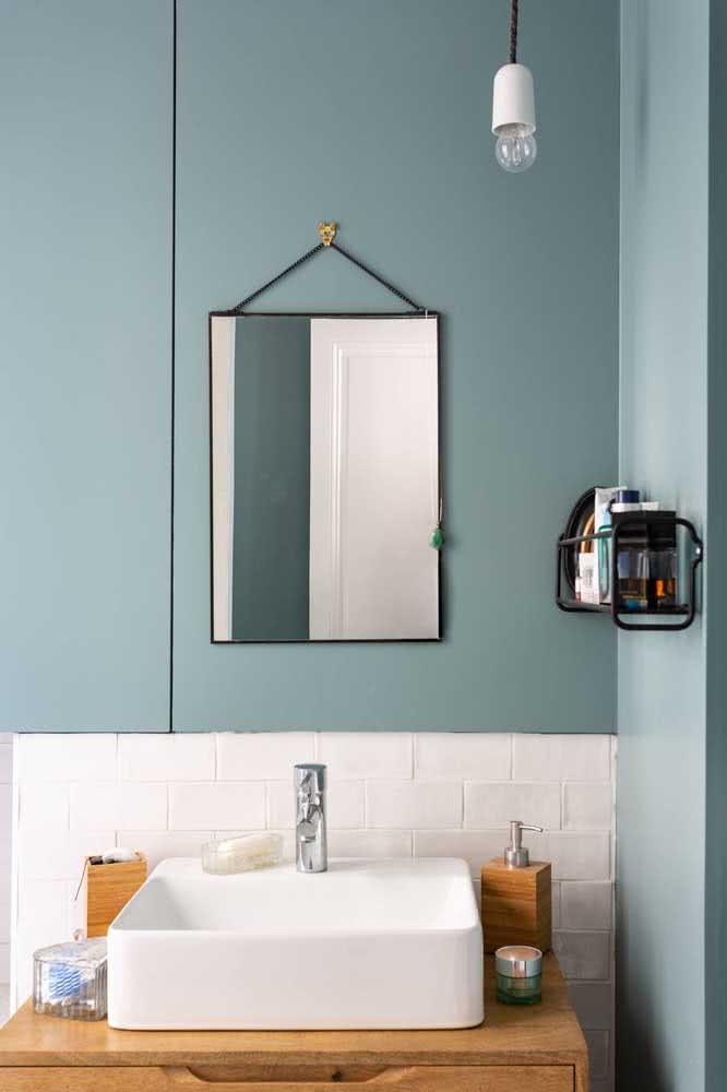 Banheiro com azul petróleo na pintura da parede e azulejos subway tiles.