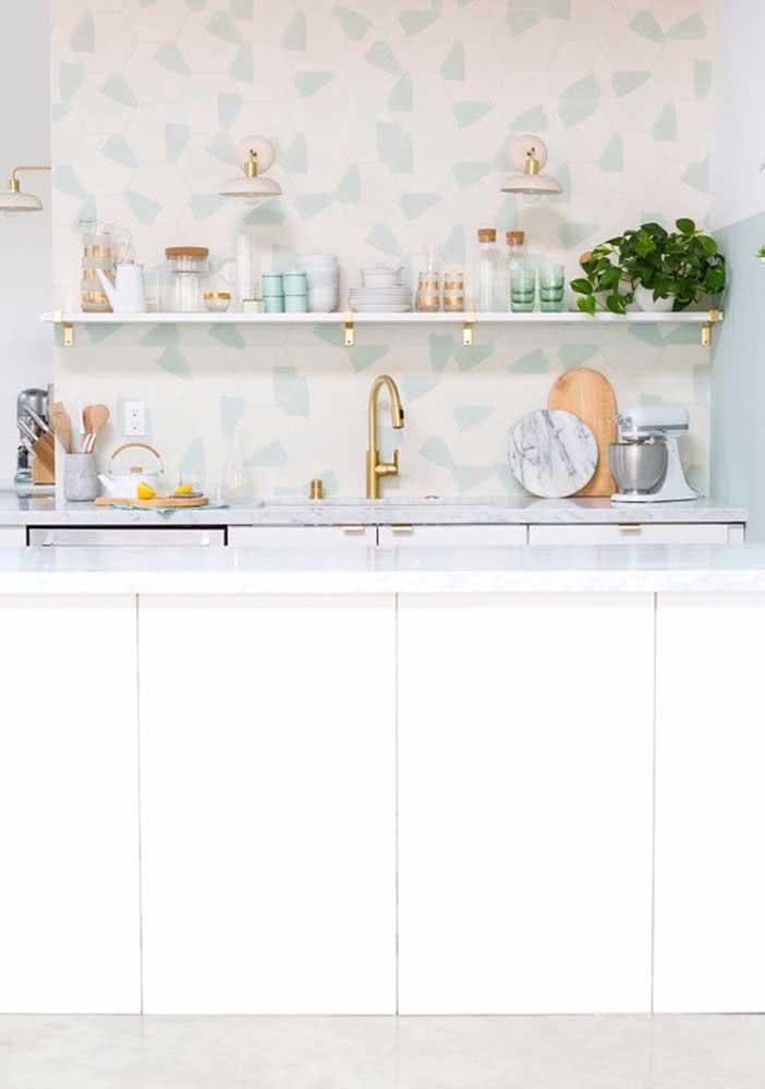 Azulejos hexagonais delicados para esta cozinha com um toque feminino marcante.