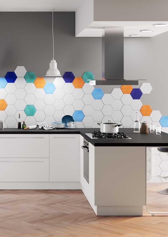 Azulejos hexagonais instalados em meia parede. Detalhes para as cores escolhidas.