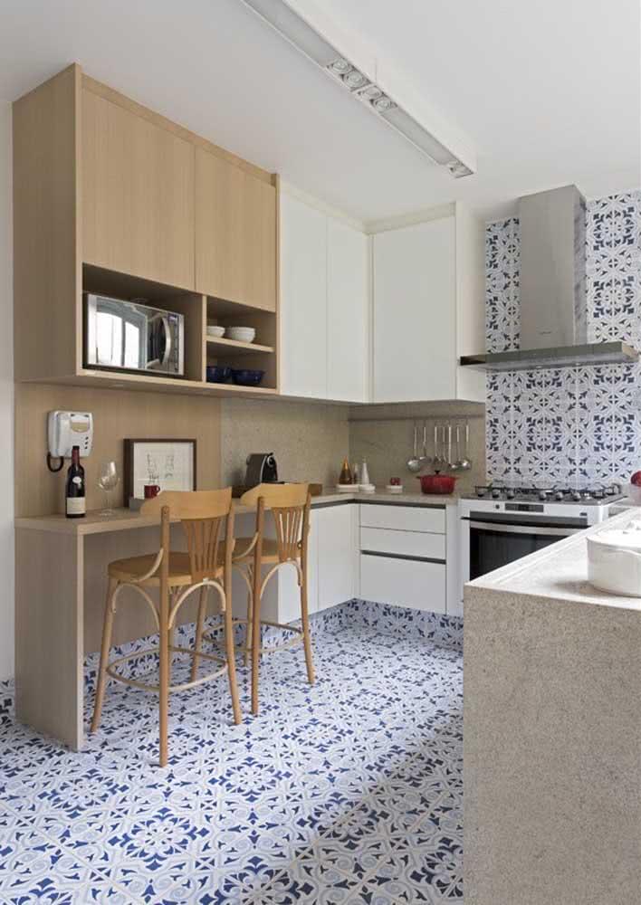 Já este projeto tem azulejos no mesmo padrão de desenho tanto no piso quanto na parede da cozinha.