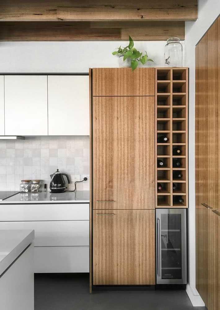 Azulejos quadrados pequenos na parede entre a bancada e o armário da cozinha.