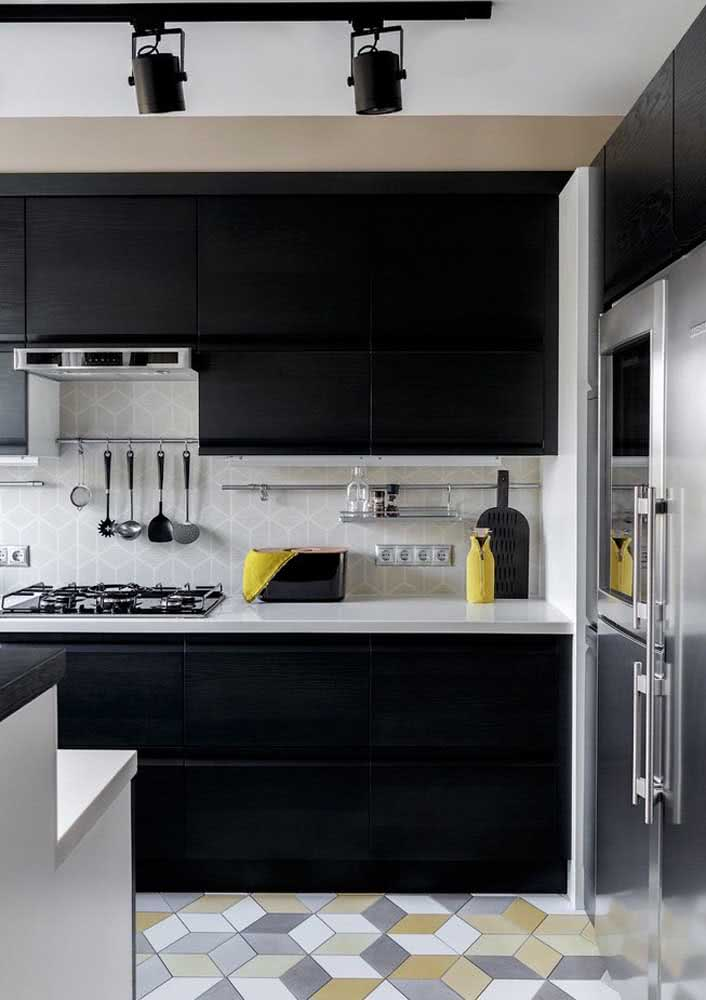 Outra ideia de cozinha preta com azulejos entre a bancada da parede e os armários