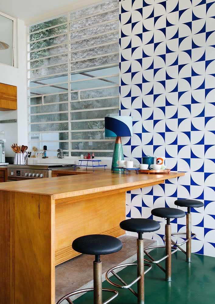 Belíssimos azulejos na parede desta cozinha toda aberta.