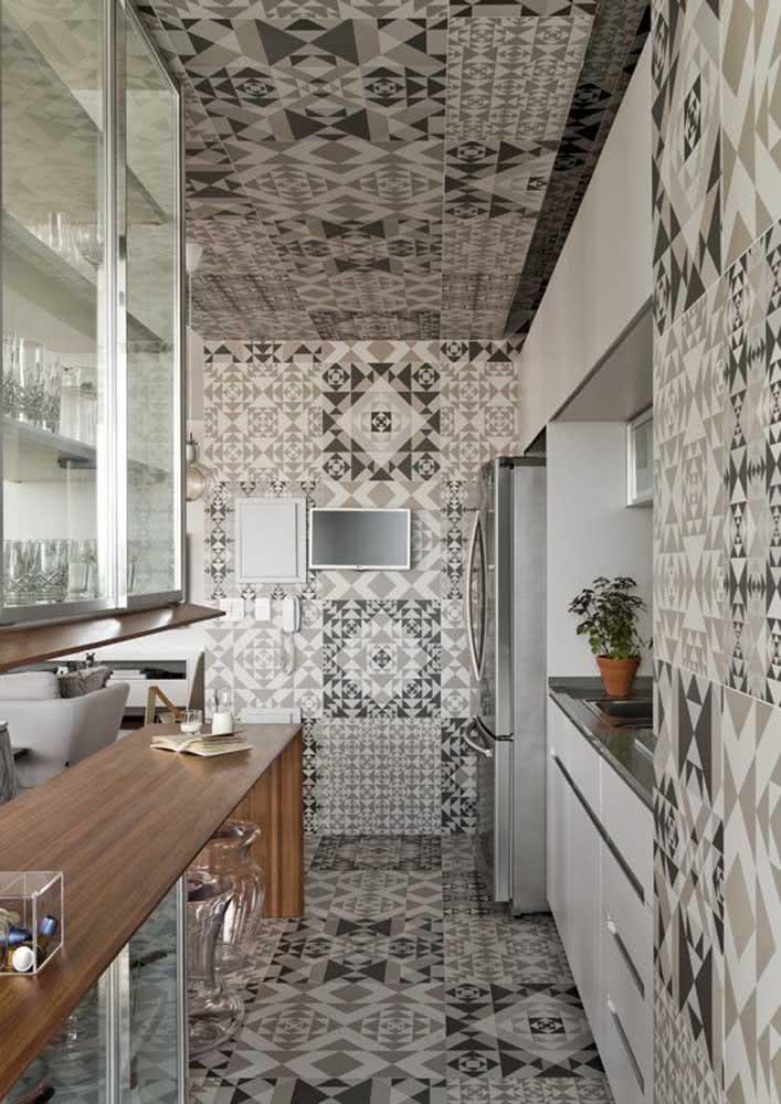 Imagine aplicar os azulejos por todo o ambiente? Veja esta opção que usa até no teto.