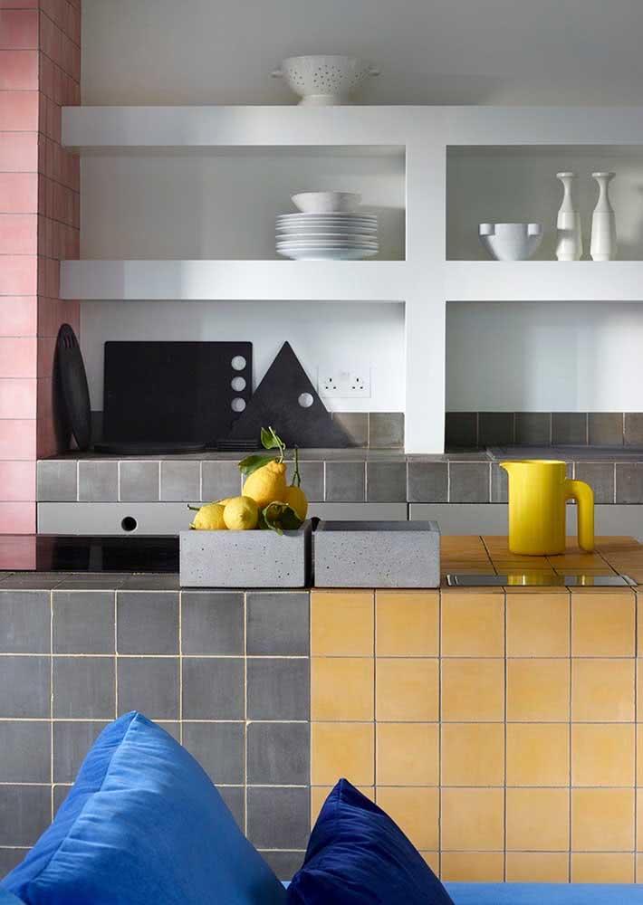 Diferentes combinações de cores de azulejos foram aplicadas nesta cozinha.