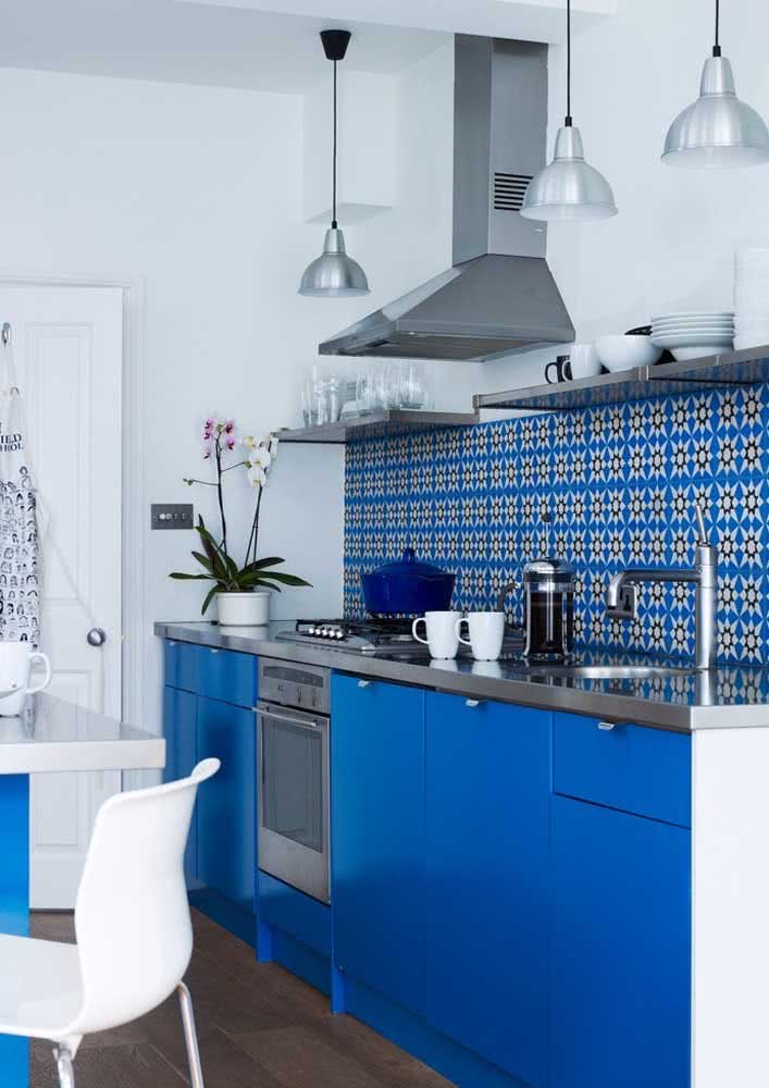 Nesta proposta de cozinha a azul a escolha dos azulejos também seguem o mesmo padrão