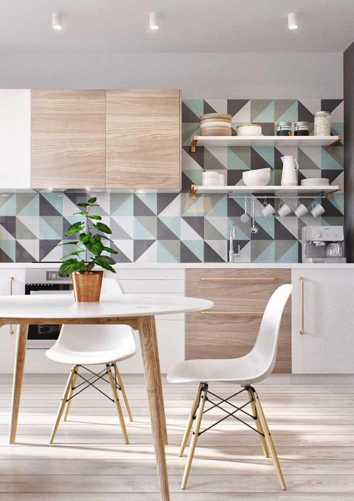 Decoração de cozinha com azulejos com desenhos geométricos e com padronagem de cores.