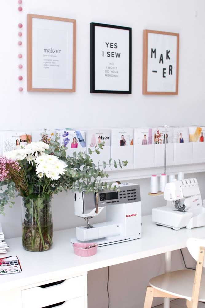 Atelier de costura pequeno com decoração moderna e feminina
