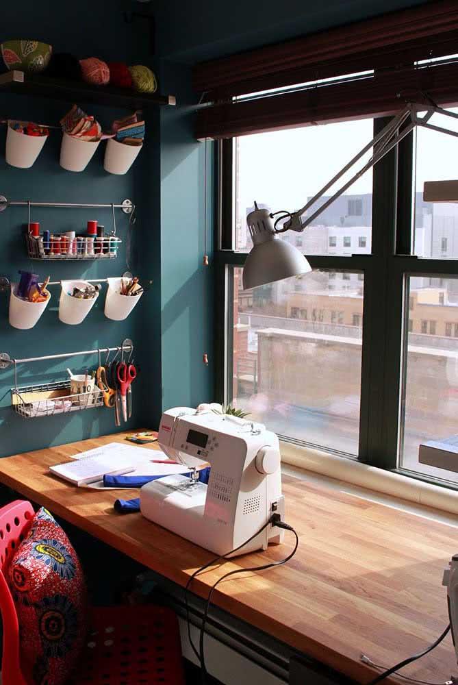 Mini ateliê de costura no cantinho iluminado perto da janela