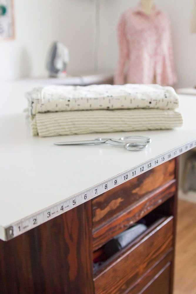 A bancada de trabalho planejada é um essencial no ateliê de costura