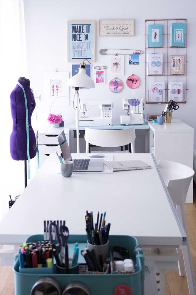 Atelier de costura profissional com espaço para o notebook