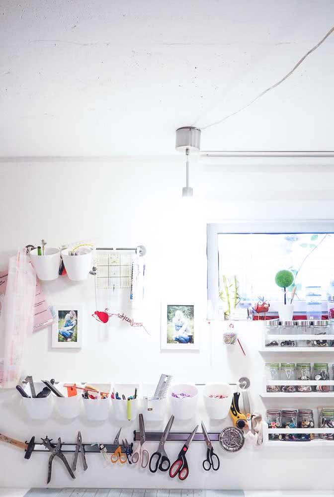 Ateliê de costura pequeno organizado verticalmente