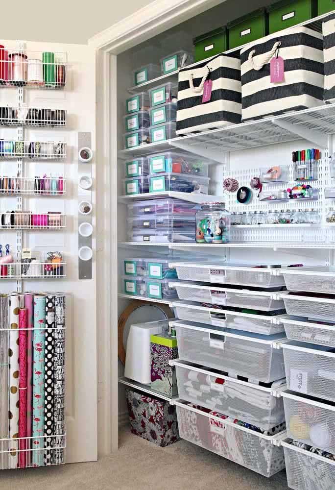 Ateliê planejado com armário feito para organizar os materiais de costura