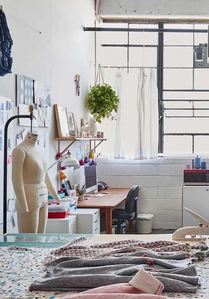 Móveis para ateliê de costura profissional incluem mesa, bancada e gaveteiro