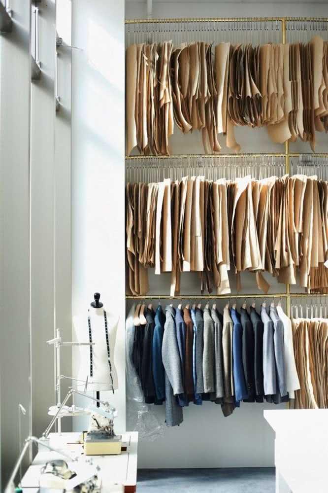 Arara de roupas para o ateliê de costura profissional