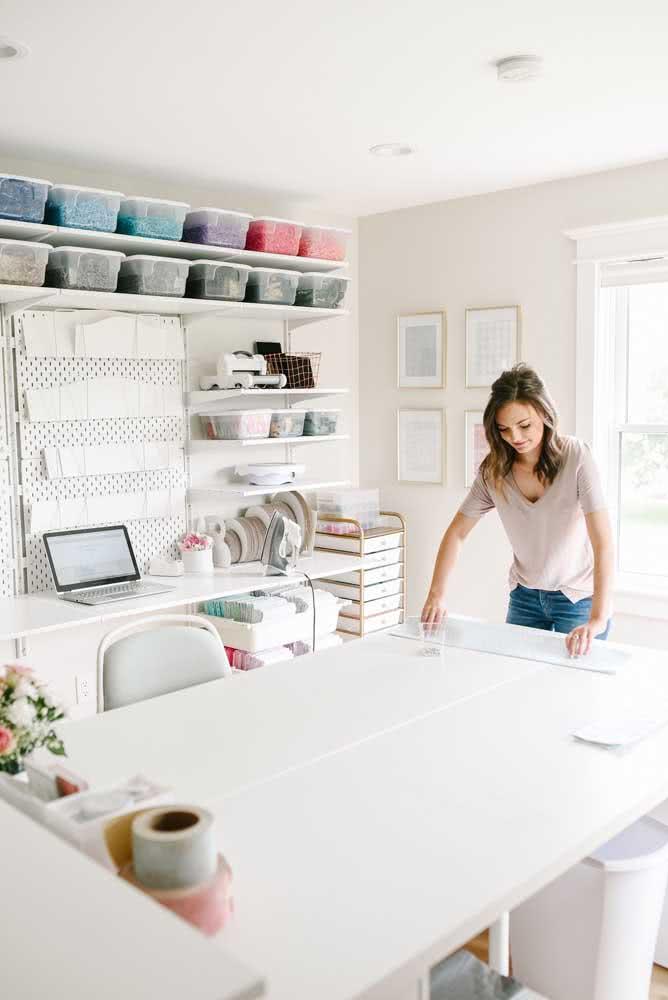 Ateliê de costura planejado e bem iluminado para facilitar o trabalho