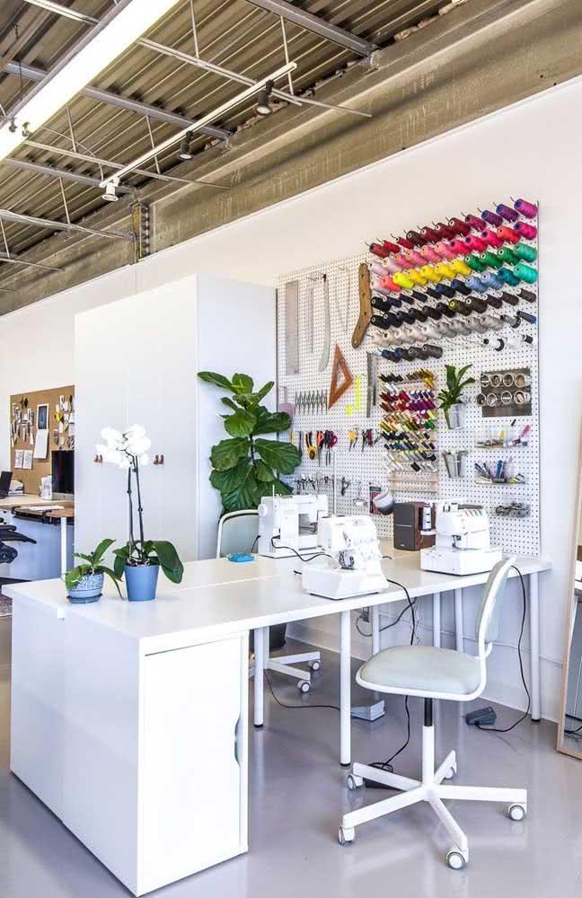 Ateliê de costura profissional: organize as linhas por cor