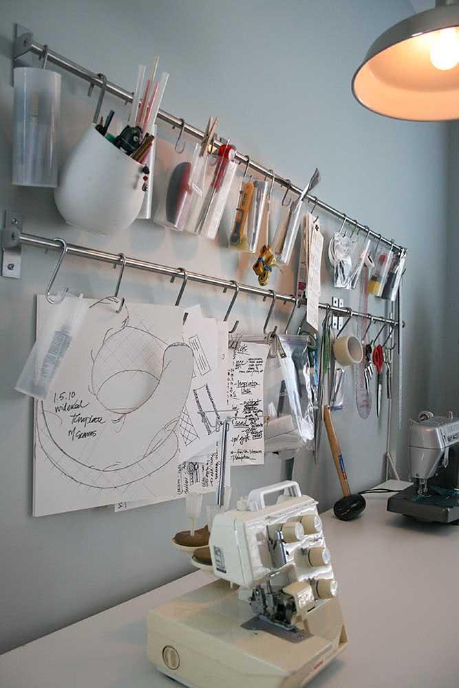 Ateliê de costura simples com aproveitamento da parede para economizar espaço