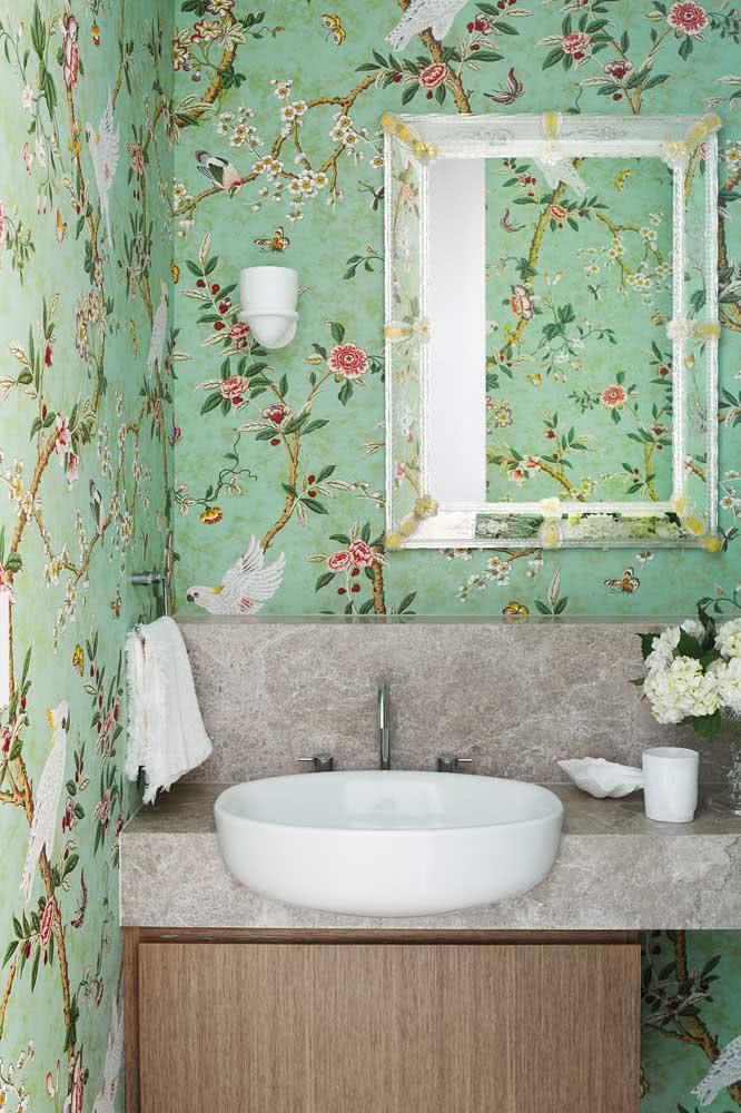 Papel de parede floral verde e rosa para alegrar o banheiro