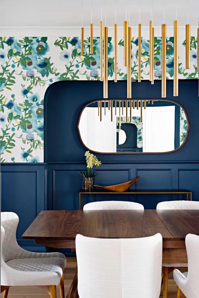 O que acha de combinar o papel de parede floral azul com a pintura?