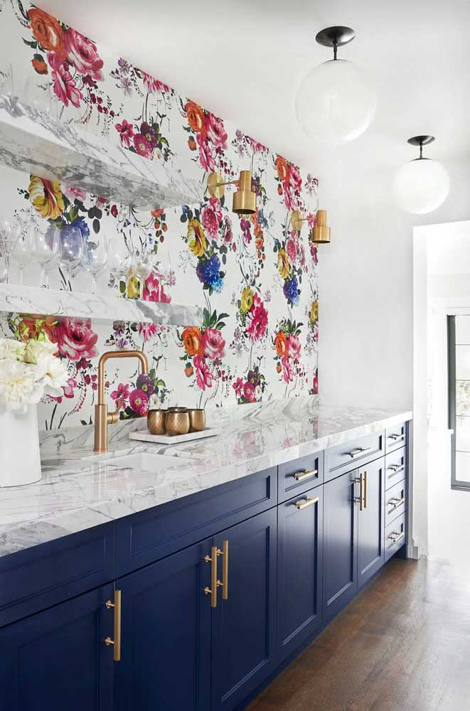 A decoração clean e moderna ficou completa com o papel de parede floral rosa e branco