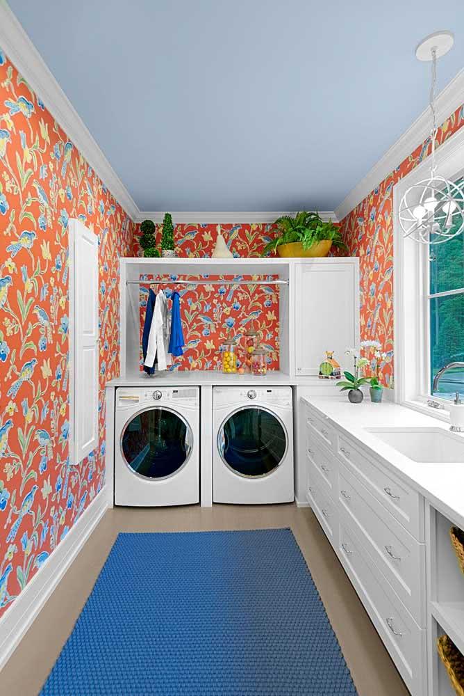 A dica aqui é trabalhar as cores complementares: laranja e azul, tanto no papel de parede, quanto no restante da decoração