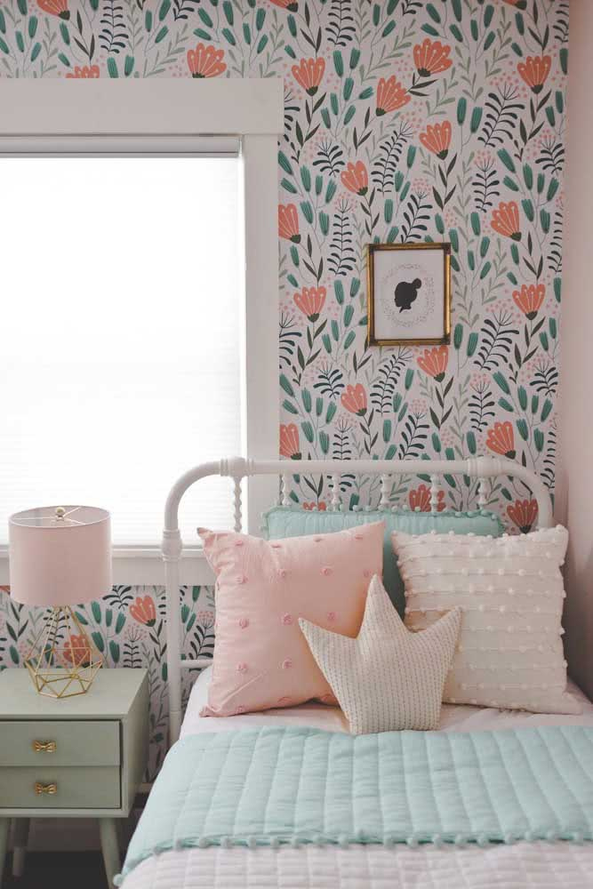 Papel de parede floral infantil em cores suaves e delicadas