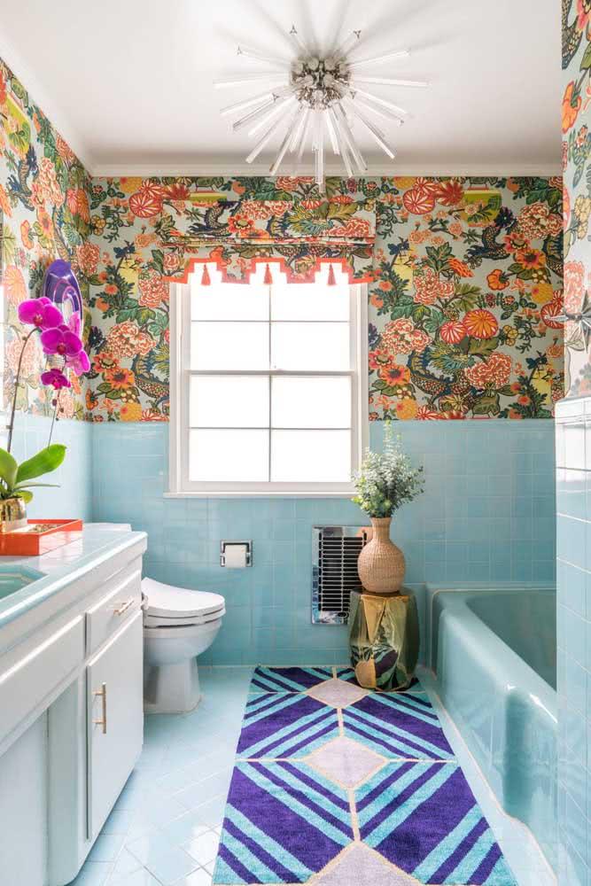 Nesse banheiro, o papel de parede floral vai apenas na metade superior da parede