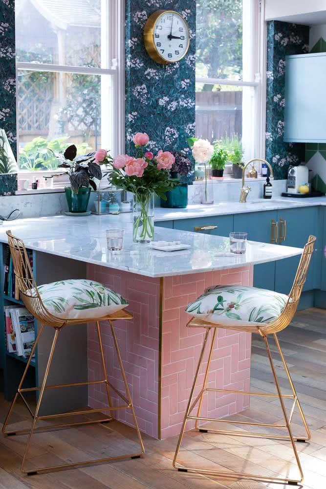 Papel de parede floral azul em contraste com a cozinha rosa