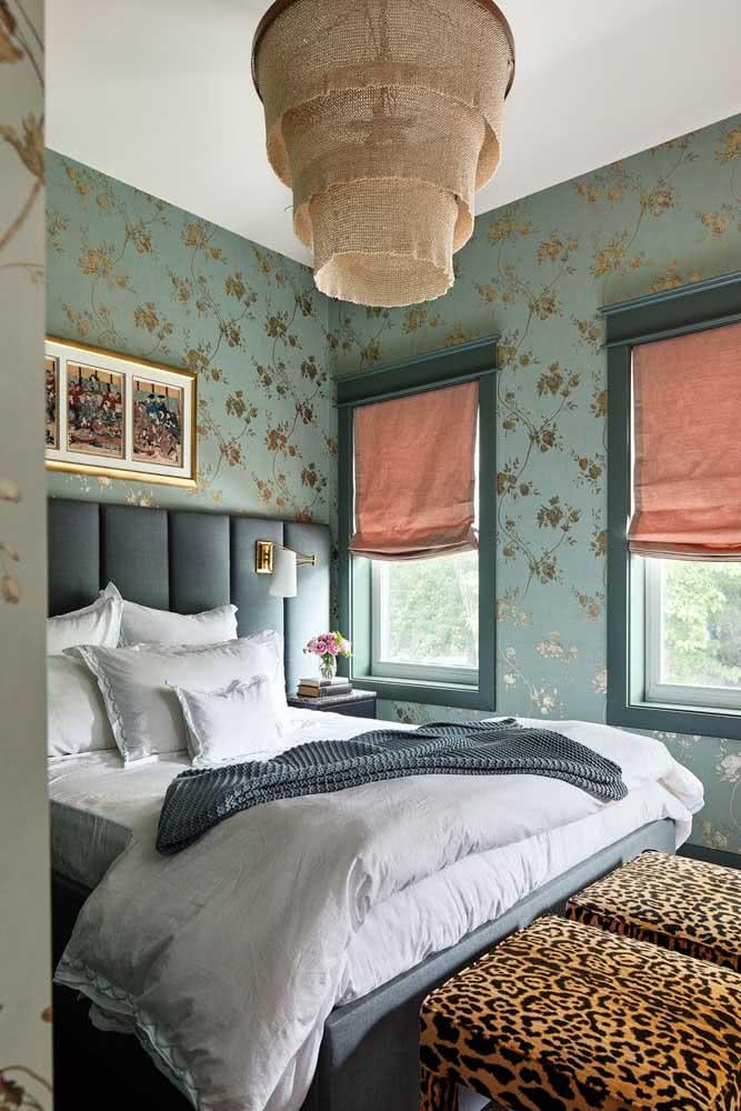 Papel de parede floral com detalhes em dourado: um luxo!