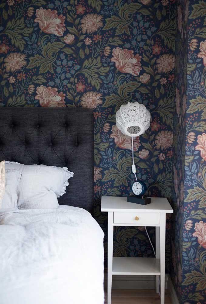 Papel de parede floral rosa e azul destacando a cabeceira de cama do casal