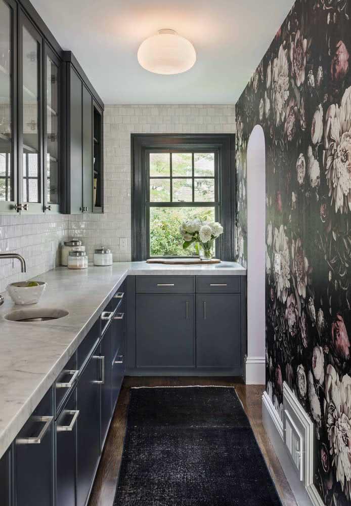 Mesmo pequena, essa cozinha não perdeu a oportunidade de usar um papel de parede floral