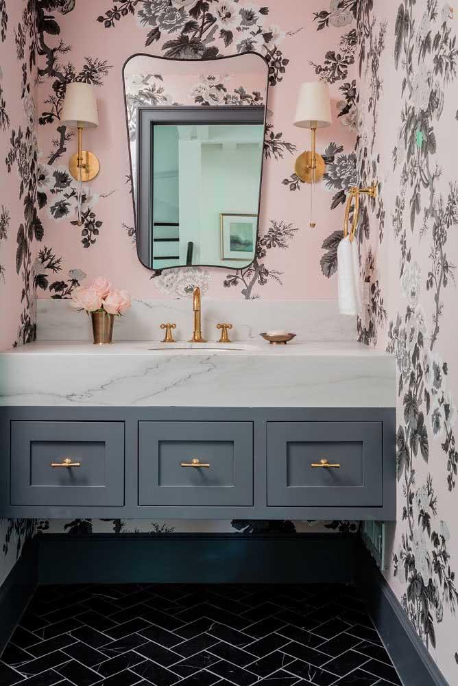 Já pensou em um lavabo com papel de parede floral rosa e preto?