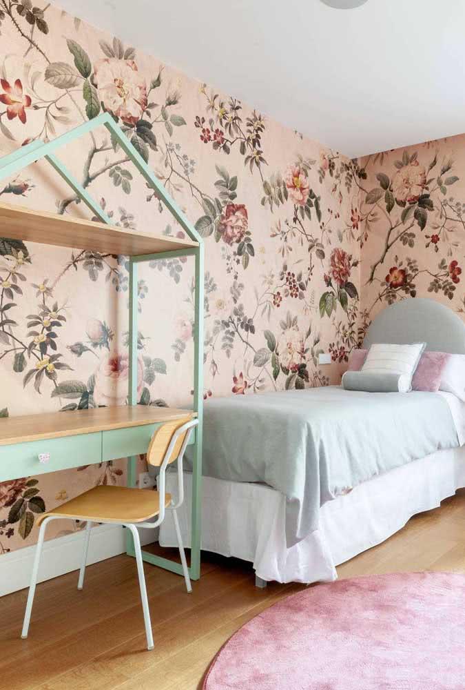 Aqui, o papel de parede floral rosa é o destaque do quarto de solteiro