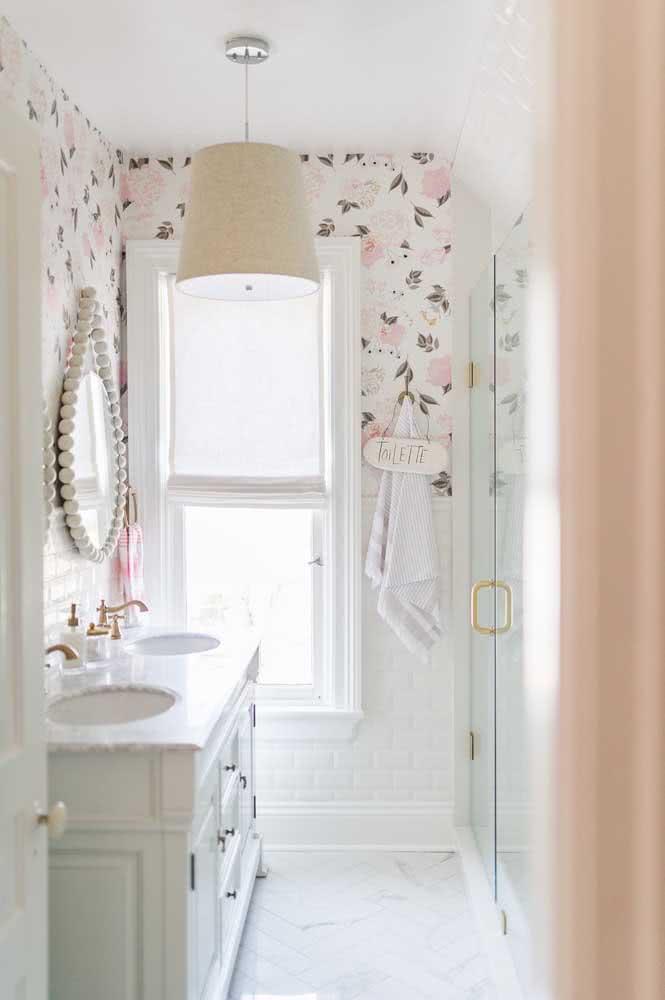 O papel de parede floral delicado inspira romantismo