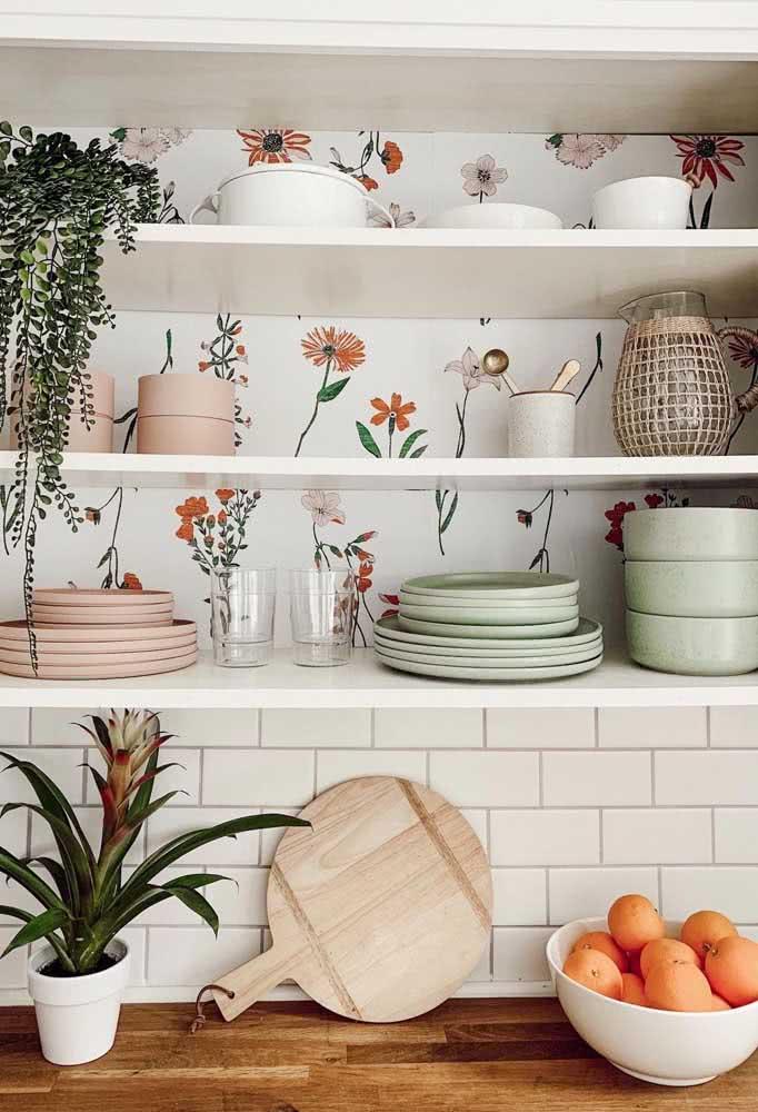 Papel de parede floral delicado e moderno para uma área pouco valorizada da cozinha: a parte de trás do nicho