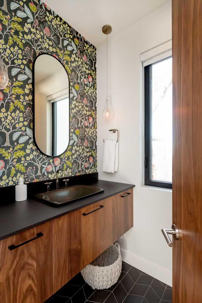 Papel de parede floral moderno para tirar o banheiro do básico