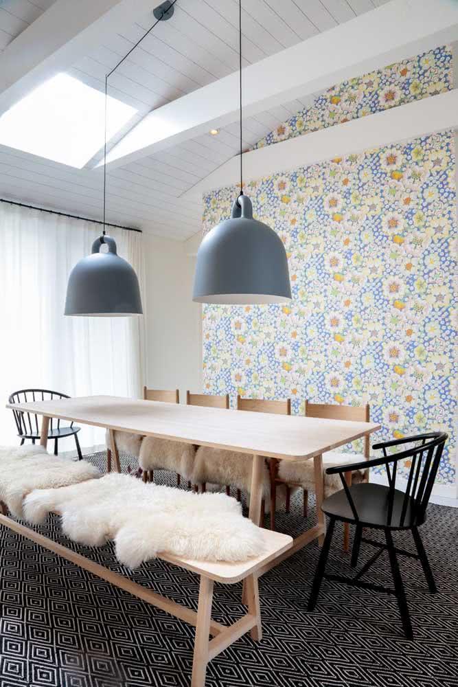 Papel de parede floral moderno e alegre para descontrair a sobriedade da sala de jantar