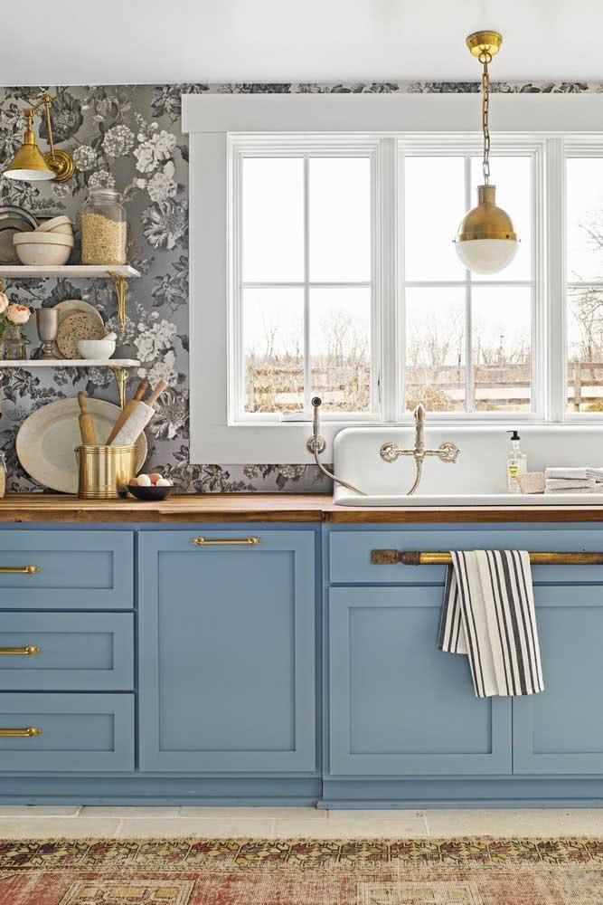 Um papel de parede floral cinza em harmonia com a marcenaria azul