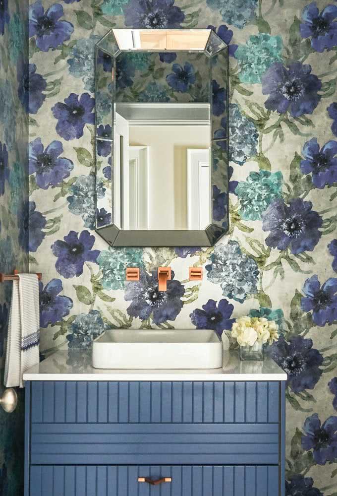 Papel de parede floral tropical no lavabo: decoração rápida e barata