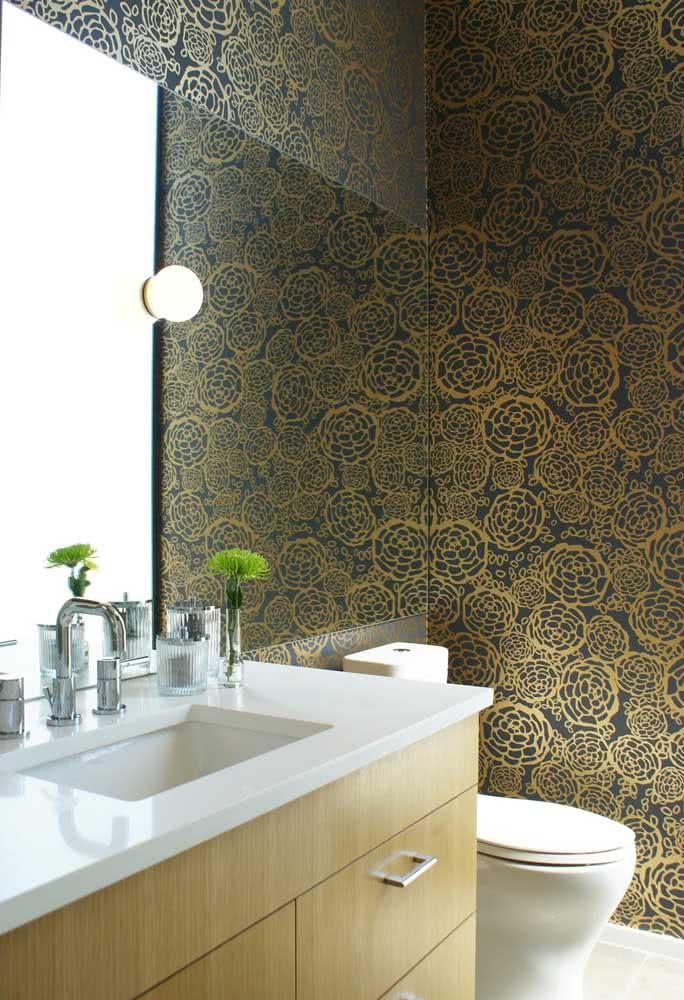 Aqui, o desenho do papel de parede floral moderno se repete, mas com outra paleta de cores