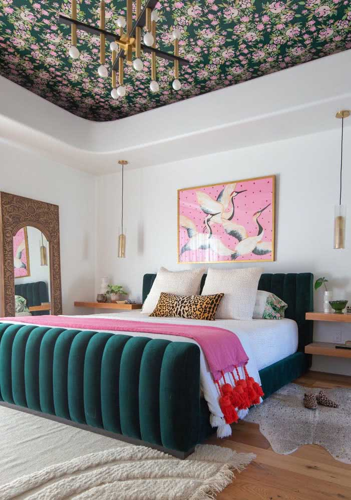 Papel de parede floral vintage para decorar o teto do quarto