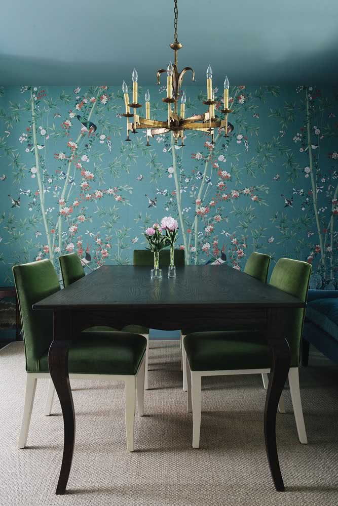 A sala de jantar cheia de personalidade escolheu um papel de parede floral azul